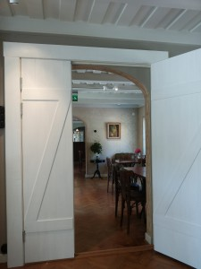 Och så här ser dörrarna ut inifrån butiken. Några rejäla brädor i samma stil har blivit dörrfoder vilket kompletterar bilden perfekt.